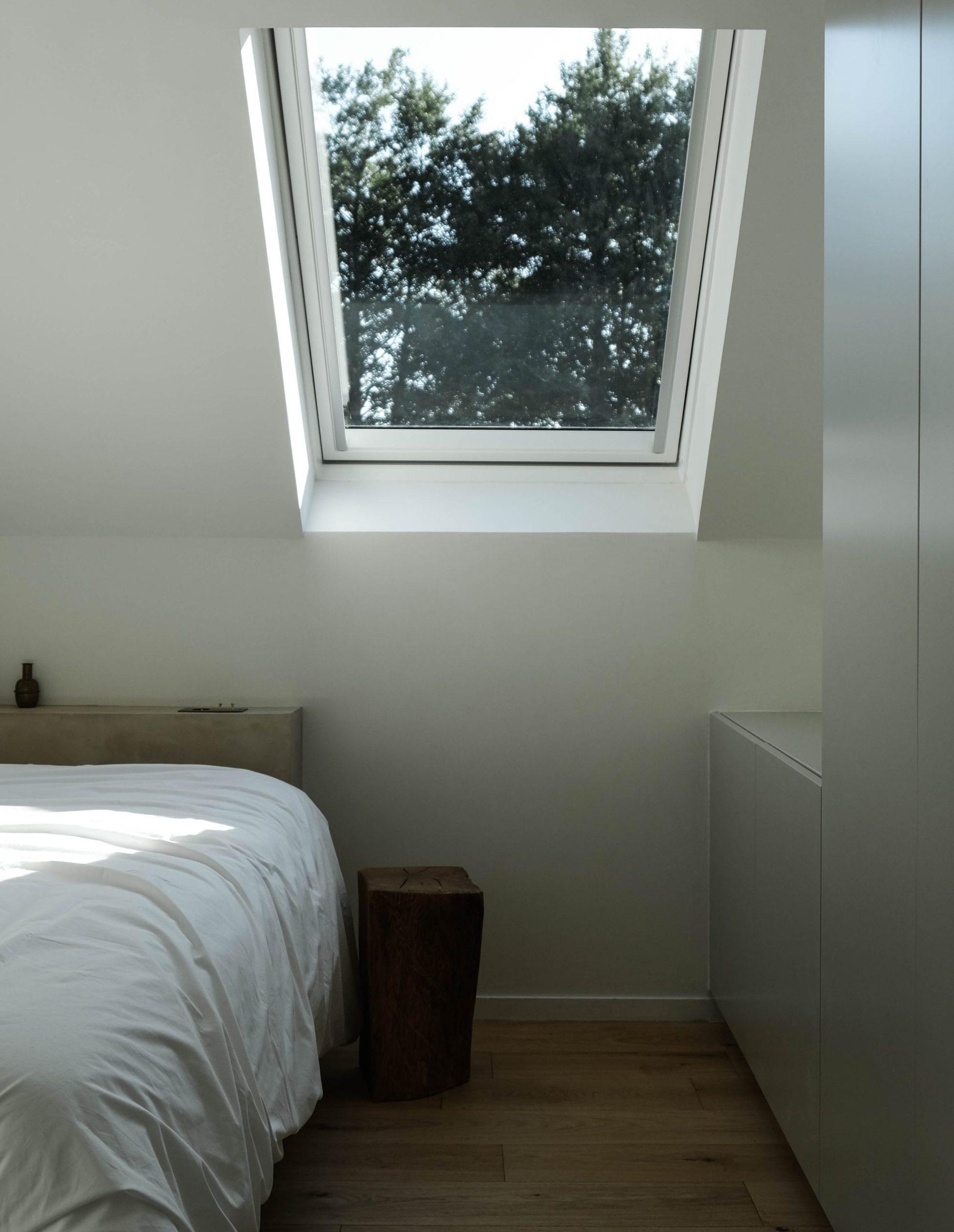 La lumière du jour apporte une atmosphère douce et apaisante à cette chambre sous combles.