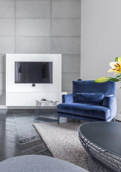 Ces meubles métalliques s'accordent parfaitement au mur en béton brut, ce qui apporte un côté industriel.