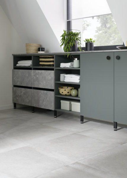 A la fois fonctionnels et esthétiques, les blocs coulissants gris effet pierre minérale apportent du relief à ce meuble buanderie.