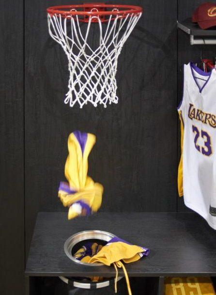 Le panier de basket qui fait office de panier à linge.