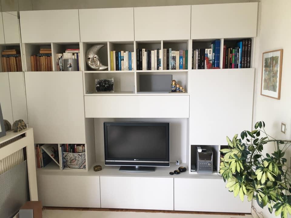 Meuble TV avec rangement.