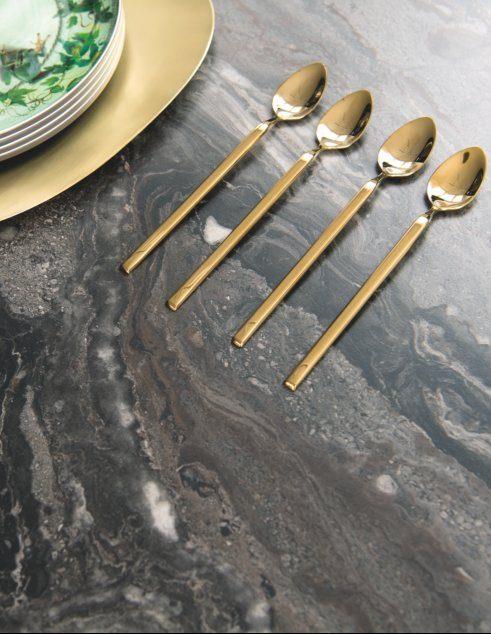 Optez pour des couverts dorés à l'occasion de vos repas de fêtes.