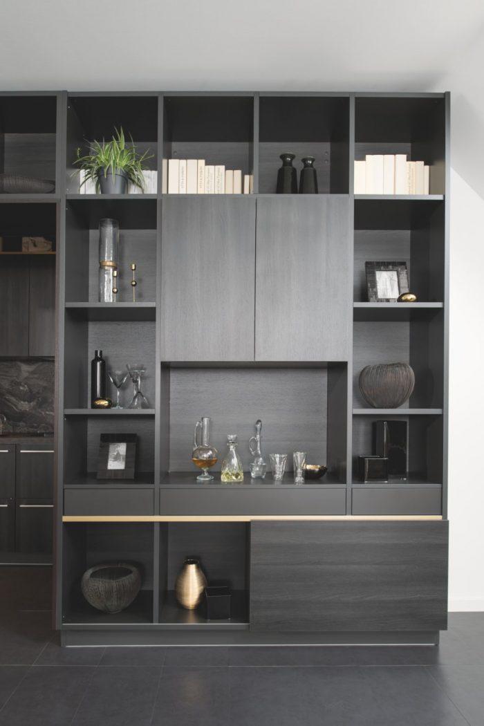 La fine gorge dorée apporte une touche élégante et raffinée à cette bibliothèque noire.
