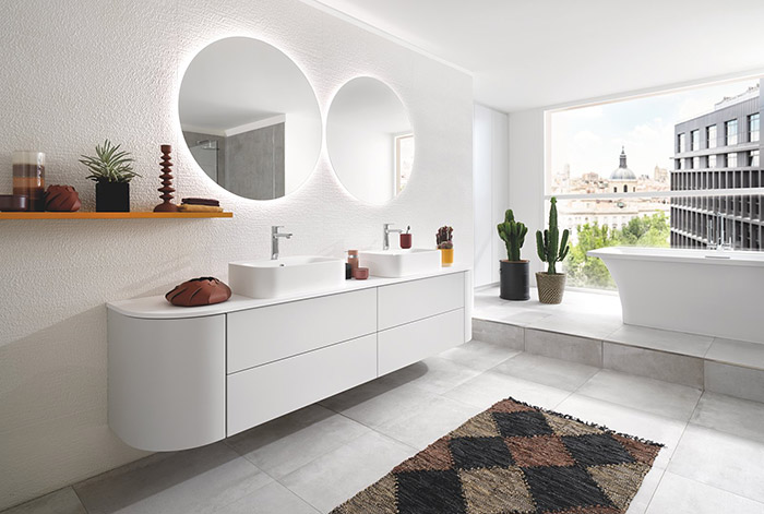 Salle de bain blanche avec miroirs ronds