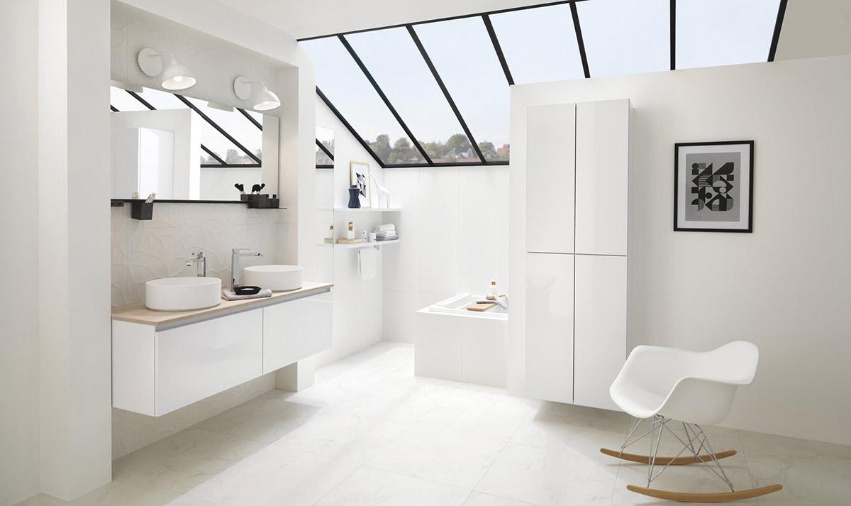 Salle de bains blanche avec verrières en pente