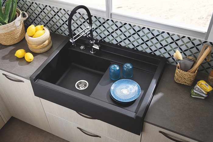 plan de travail gris en céramique et évier en céramique