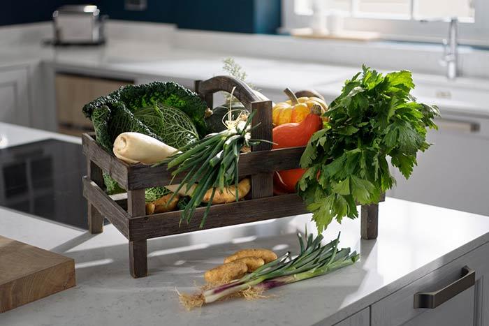 Panier de légumes variés déposés sur un plan de travail