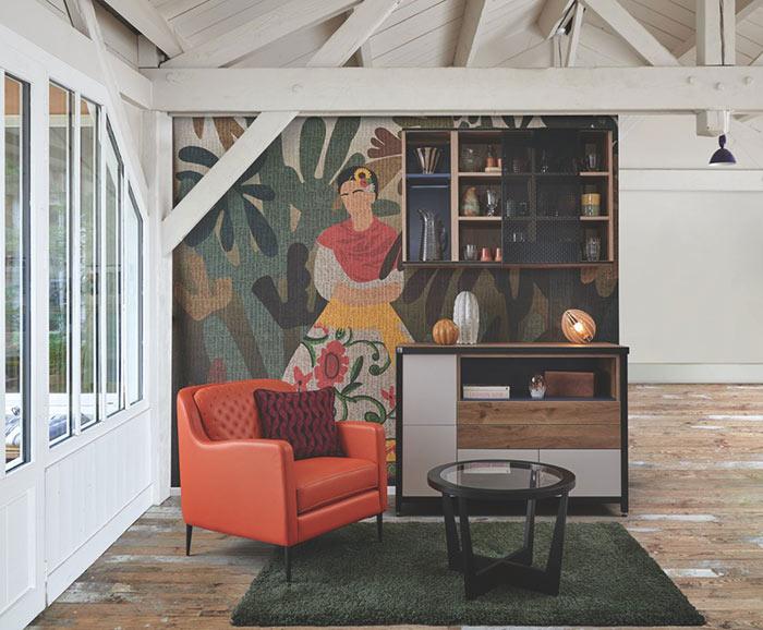Salon avec buffet et mur en papier peint