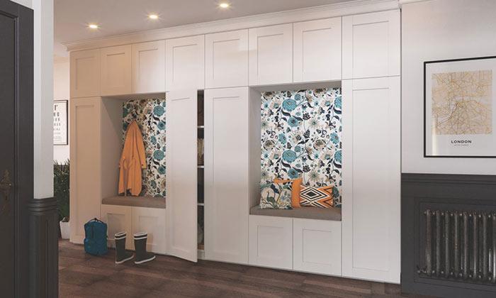 Dressing couloir avec des niches pour s'asseoir et murs en papier peint