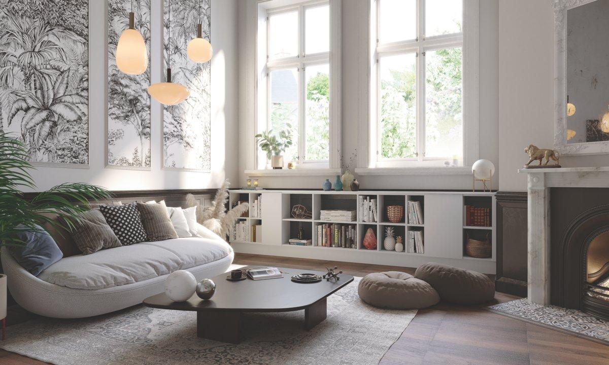 Salon avec des des murs en papier peint et une bibliothèque base