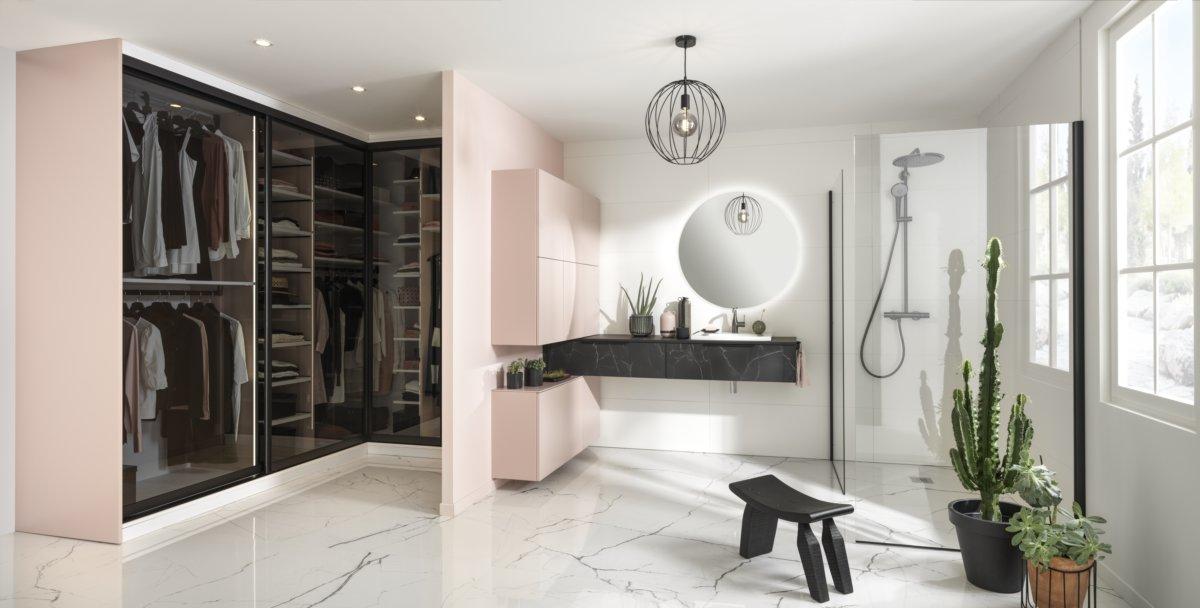 Salle de bains avec dressing intégré en slow life