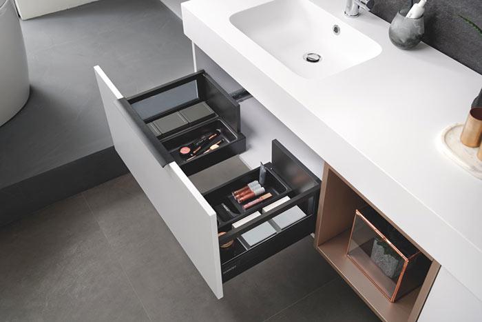Des espaces malins pour ranger cosmétiques et petits ustensiles, grâce au découpe-siphon.