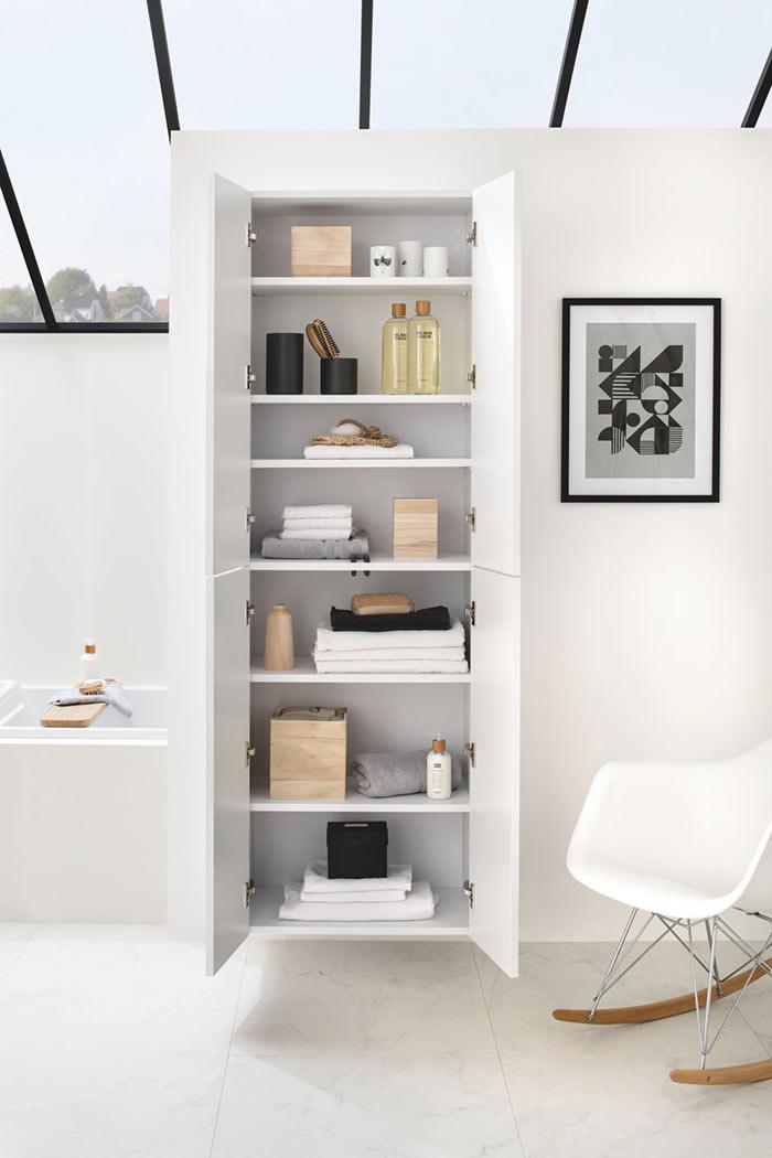 Meuble de salle de bains blanc avec portes battantes