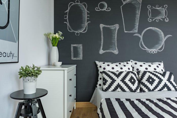 chambre avec un mur façon tableau noir