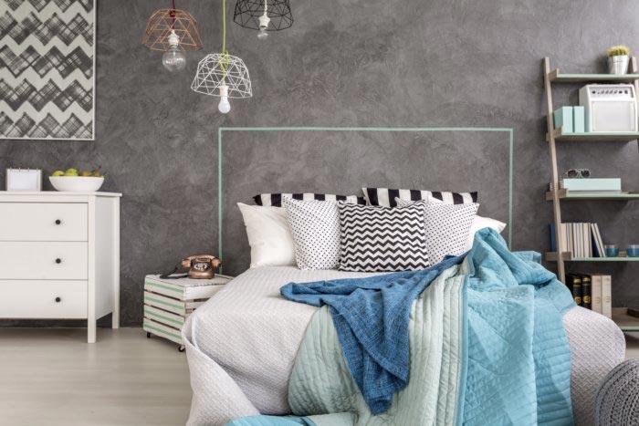 chambre avec un lit recouvert de couvertures