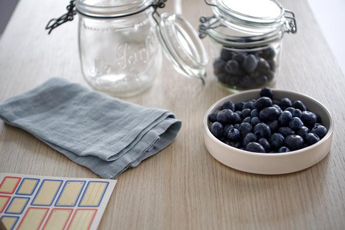 Fruits en bocaux posés sur table