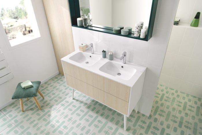 haut du meuble sous vasque et du miroir sur mesure avec cadre décoratif.