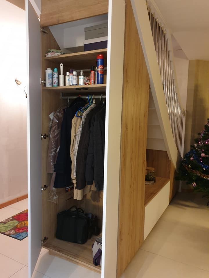 Dressing sous escalier avec tringle pour les vestes et portes battantes  Magasin Schmidt Melesse