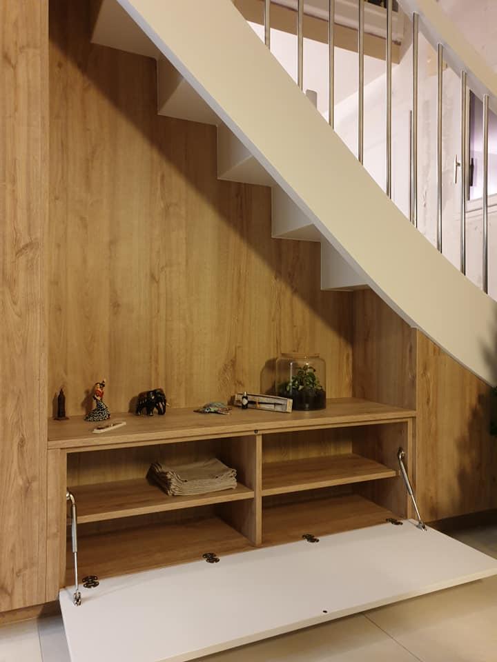 Du rangement supplémentaire grâce à des portes abattantes sous l'escalier Magasin Schmidt Melesse