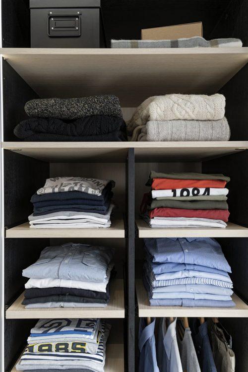 Etagères coulissantes pour faciliter le rangement des piles de vêtements