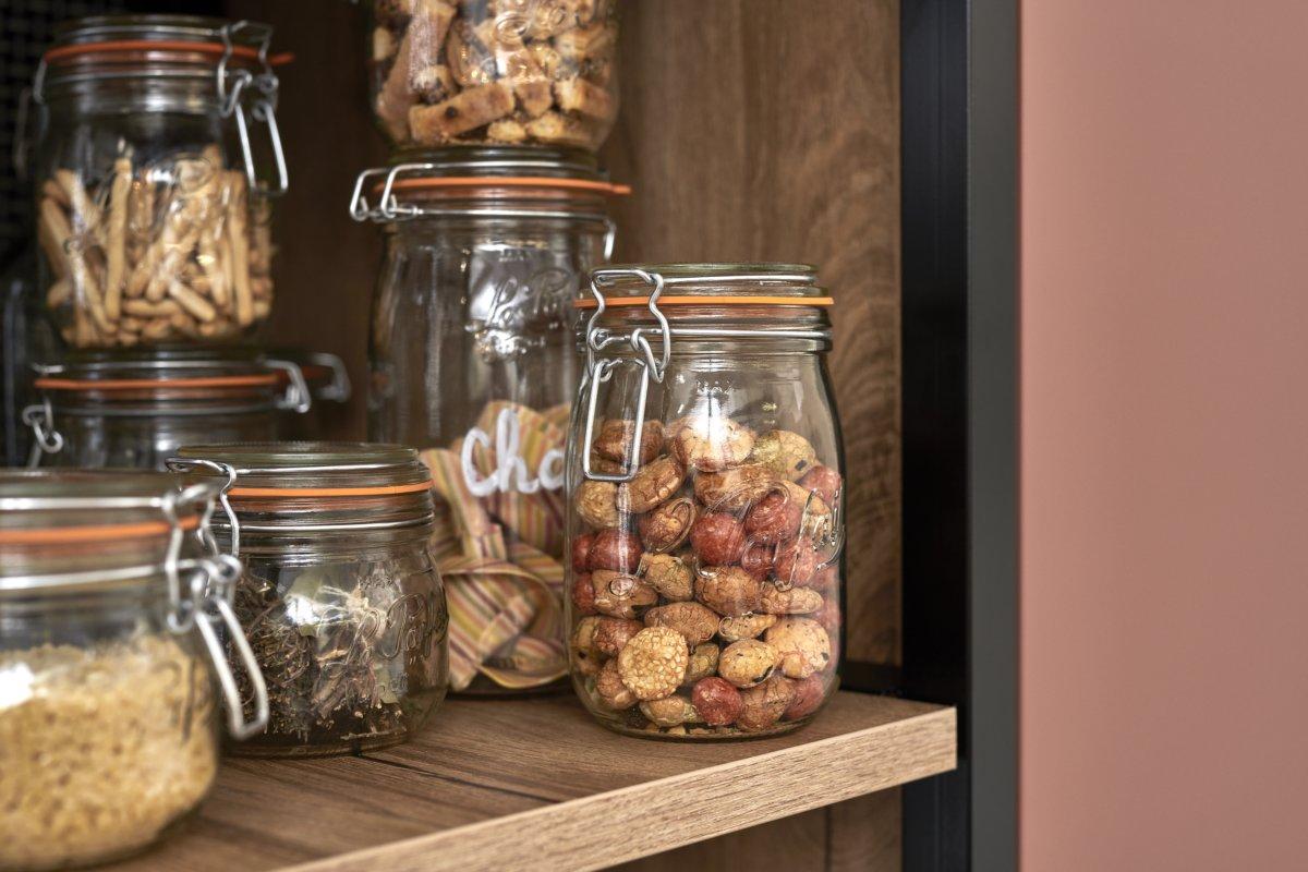 Bocaux le Parfait rangé dans une étagère de la cuisine épicerie de la marque Schmidt