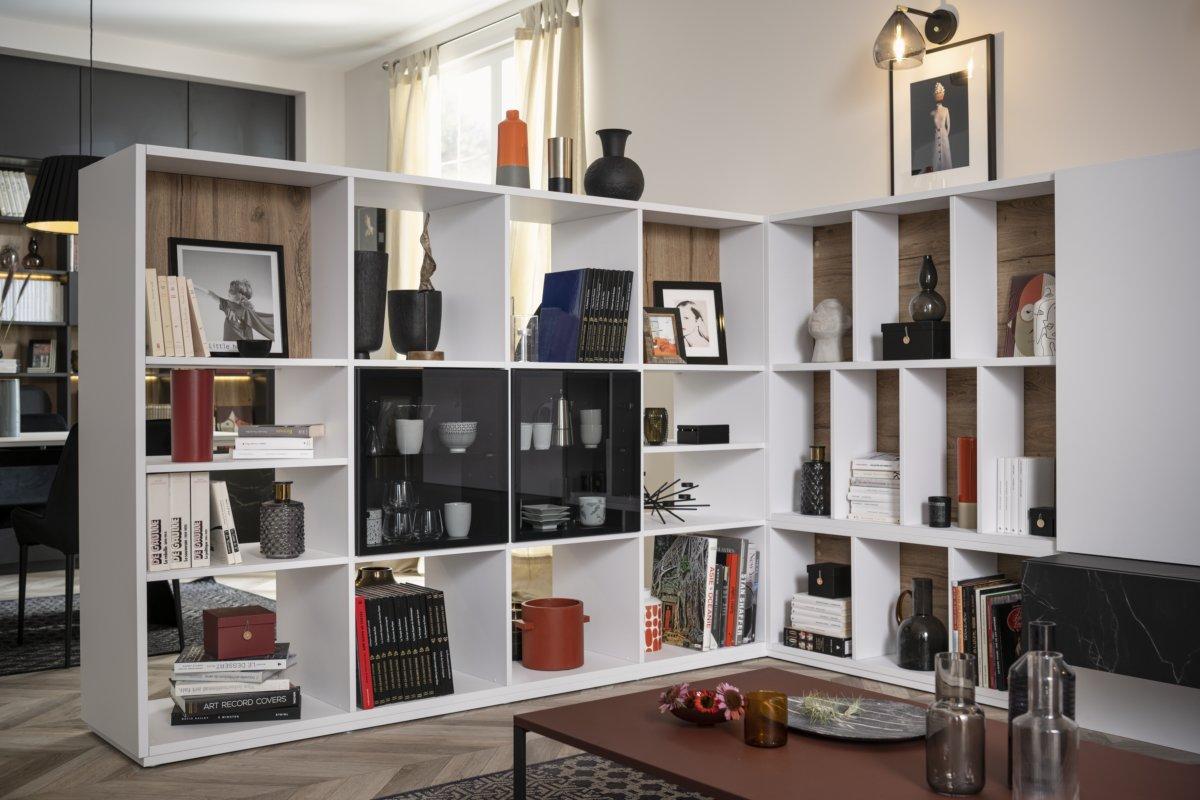 Bibliothèque de séparation avec niches ouvertes, fermées et vitres en verre fumé pour entrevoir la vaisselle