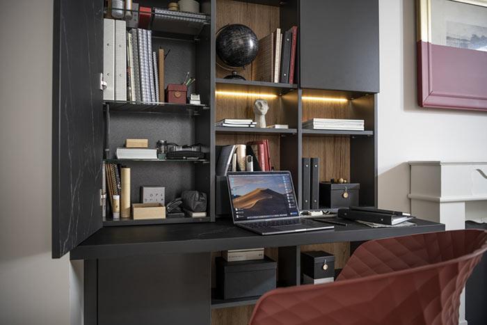 Bureau intégré à la bibliothèque avec éclairage LED