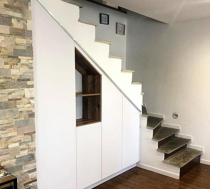 Rangement intégré sur mesure sous escalier réalisation Schmidt Bastia
