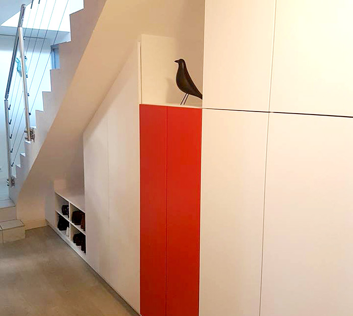 Rangement vêtements blanc et rouge sous escalier réalisation Schmidt Epinal