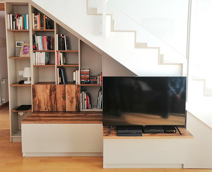 Coin bibliothèque meuble TV sous escalier réalisation Schmidt Girona