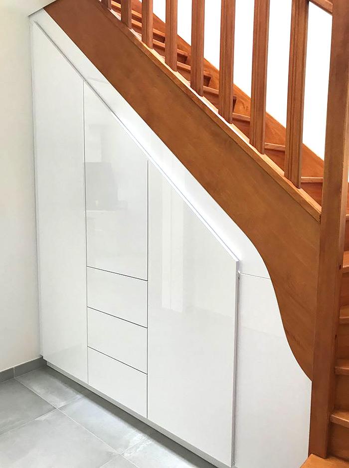 Placard sous escalier blanc laqué réalisation Schmidt Maurepas