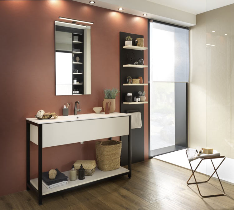 Salle de bains avec plateau de toilette en châssis métallique