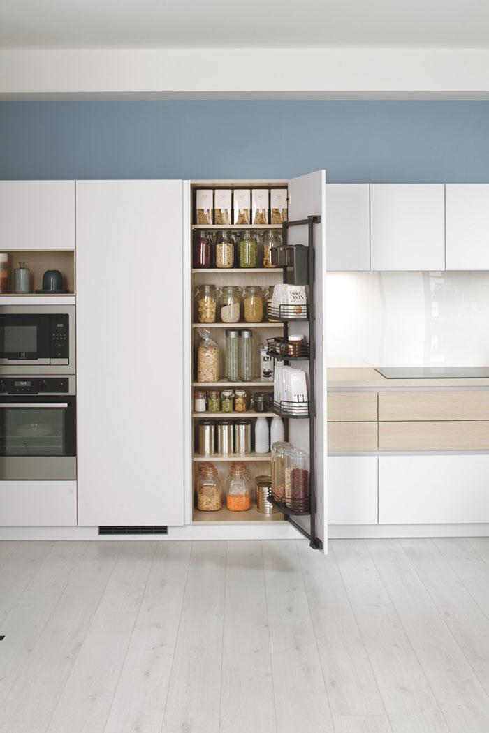 Armoire de cuisine avec porte battante et étagères pour ranger ses aliments et bocaux