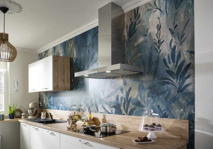 petite cuisine en L avec de papier peint design en motifs végétaux
