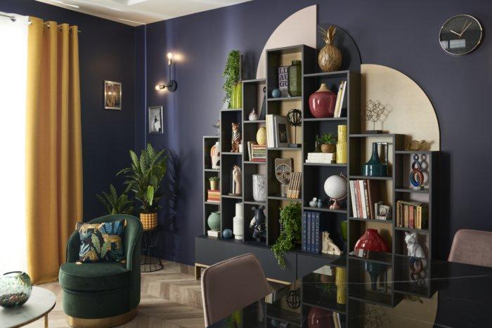 Bibliothèque en bleu navy avec des niches ouvertes et de la décoration