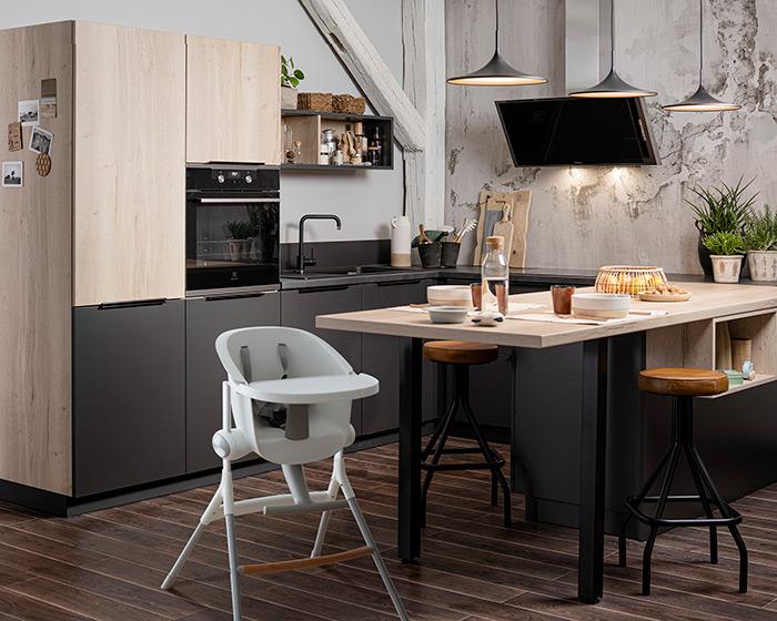 chaise haute bébé devant ilot petite cuisine