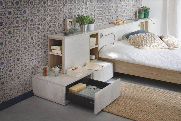 chambre à coucher avec mur en papier peint à motifs