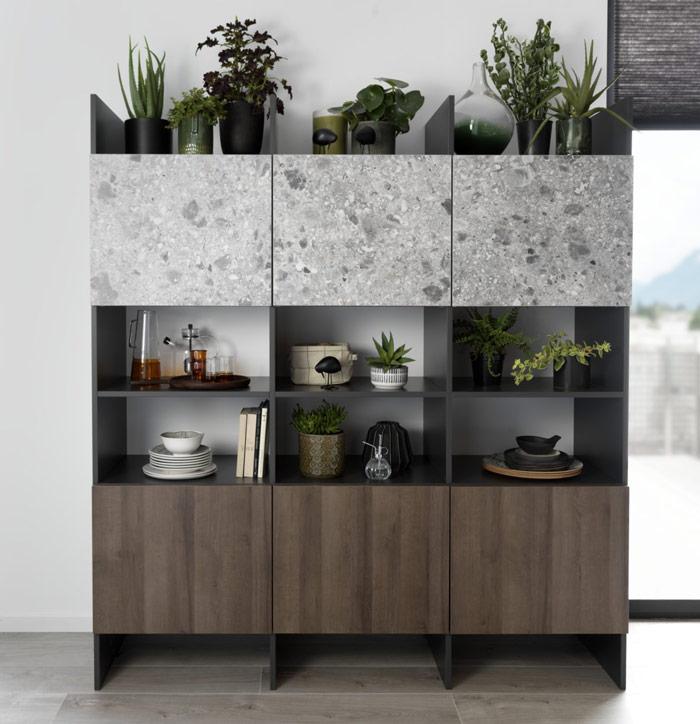 buffet vaisselier gris et bois, avec des niches ouvertes