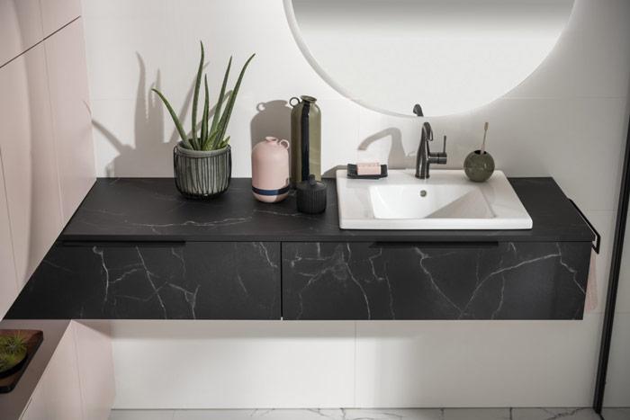 plan de toilette salle de bains en marbre noir