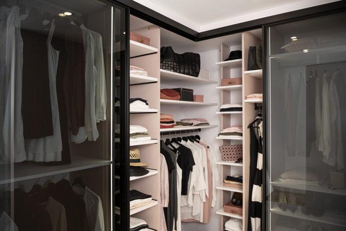 Dressing d'angle avec étagères coulissantes rose poudré et portes noires