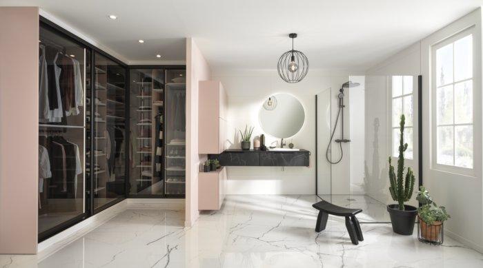 salle de bains en rose poudré avec coin dressing