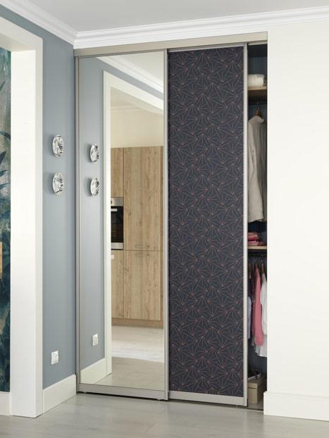 Petit dressing d'entrée avec portes coulissantes en coloris bleu Navy et motifs géométriques Coral