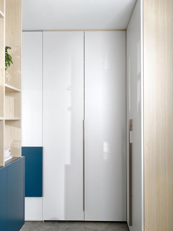 Portes pliantes dans un dressing en chambre