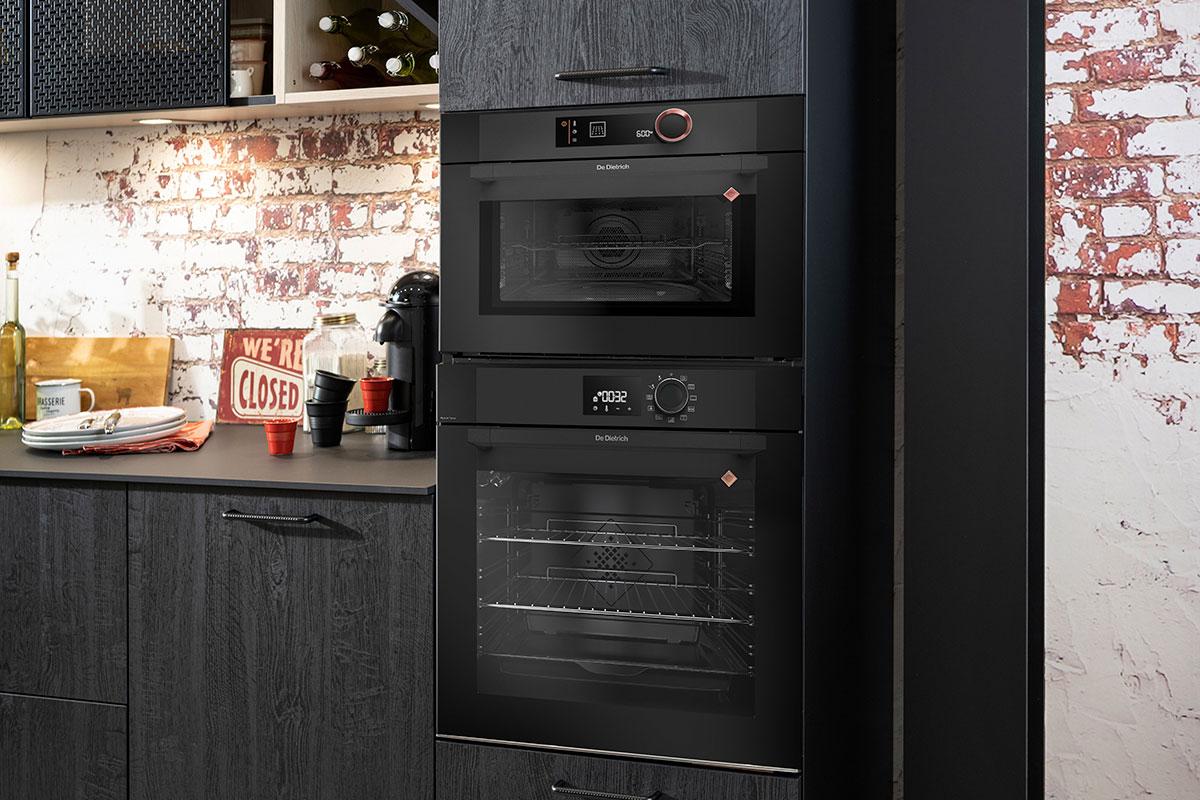 four and micro-ondes encastrés dans une cuisine noire