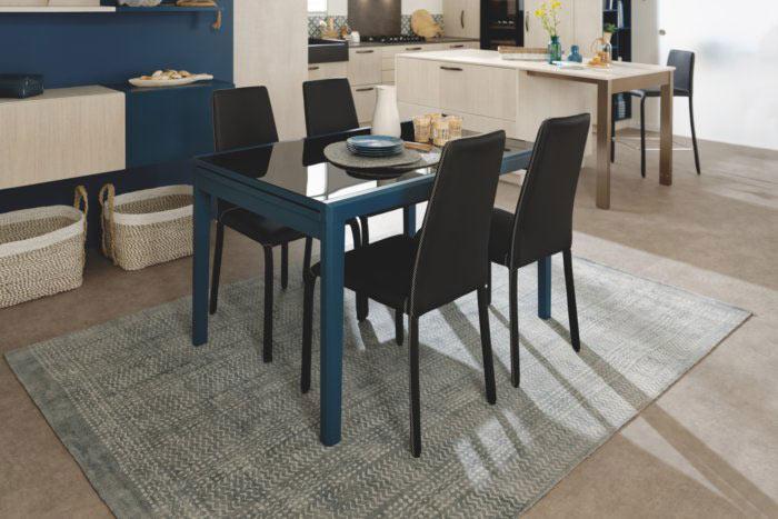 Vue d'ensemble de de la table Aloha noire et bleue et chaises vinyle noires Dress