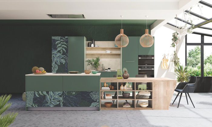 Cuisine ouverte sur le salon avec des motifs en impression digitale