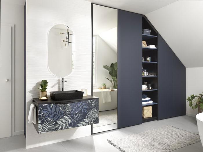 Salle de bains sous comble coloris bleu navy et vasque en motifs tropicaux