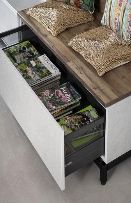 Cette bibliothèque  multifonction détient des tiroirs coulissants fonctionnels pour ranger ses magazine par exemple