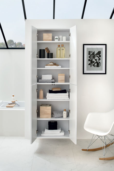Salle de bains style scandinave avec armoire en porte battante
