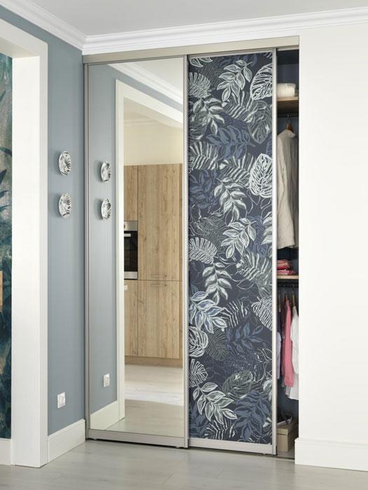 Petite dressing d'entrée avec portes coulissantes en impression numérique (motif jungle)